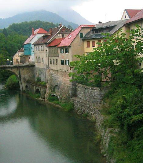 Skofja LokaA Triglav Nemzeti Park területén fekvő Skofja Loka leginkább úgy ismert, mint Szlovénia legjobb állapotban megőrzött középkori települése. A helyi vár története egészen a tizedik századik nyúlik vissza, míg az épületek többsége a 16. századból származik. A középkori, reneszánsz és barokk házakat, valamint az ódon városfalat magában foglaló óváros műemléki védelem alatt áll.