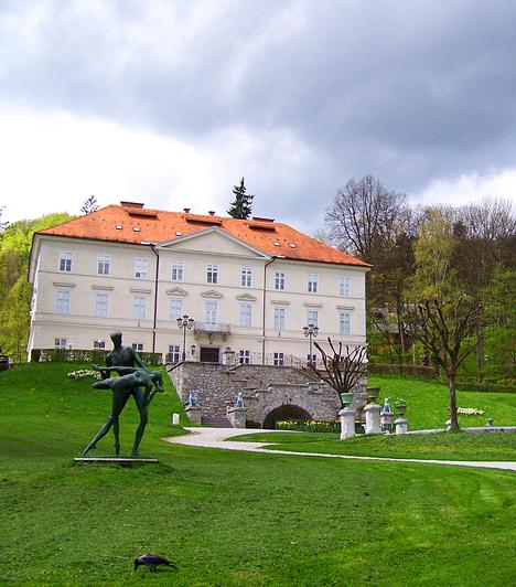 Tivoli-parkA Ljubljanában található, 1800-as években létrehozott park a szlovén főváros legnagyobb zöldövezete, melynek öt négyzetkilométeres területe egy kellemes sétánál jóval több lehetőséget tartogat. Amellett, hogy a terület az egyik legnépszerűbb szlovén rekreációs központnak számít, egy kastélynak, templomnak, állatkertnek és számos művészeti alkotásnak is otthont ad.