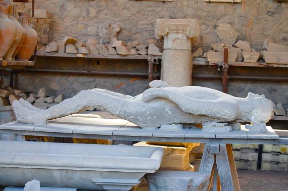 Pompejit, a híres olasz romvárost Kr. u. 79-ben pusztította el a Vezúv kitörése, több méteres törmelékkel belepve a házakat és a lakosságot. Felfedezése a véletlennek köszönhető, ugyanis csak a Sarno folyó szabályozási munkálatai során bukkantak rá a 16. században.