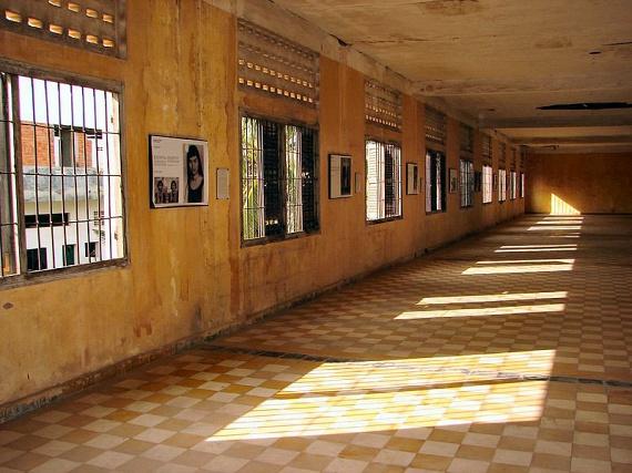 A Tuol Sleng-i népirtásmúzeum annak a több mint tízezer kambodzsainak állít emléket, akiket itt kínoztak vagy végeztek ki a hetvenes évek végén. A helyen nemcsak a régi cellák és kihallgatóhelyiségek járhatók be, de a fogvatartottak képei, beismerő vallomásai, valamint a kínzóeszközök is láthatók.