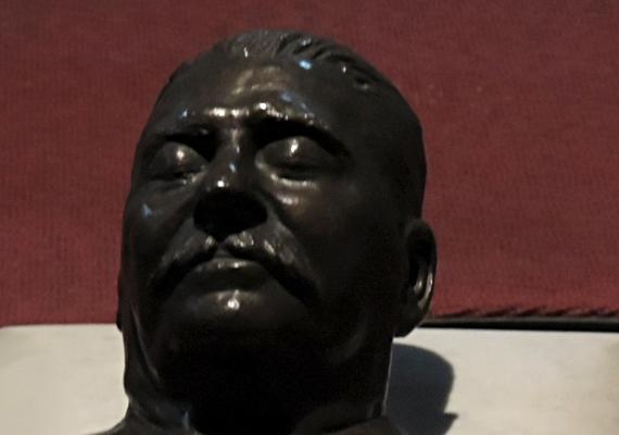 A kiállítás keretében megtekinthető Sztálin halotti maszkjának egy hitelesített másolata is.