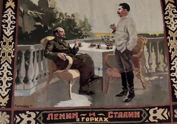 Sztálinnak küldött ajándékok, mellszobrok, iskolai bizonyítvány, régi fotók, használati tárgyak - nehéz volna felsorolni a sokrétű gyűjtemény darabjait. A képen látható perzsaszőnyeg Lenint és Sztálint ábrázolja.