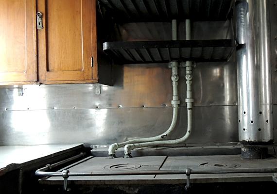 A vagon konyhájának főzőlapjai tekintélyes méretekkel bírnak.