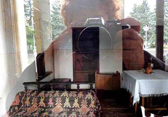 Az egyszobás téglaviskó, melyben Sztálin életének első éveit töltötte, rendkívül kicsi, csak a legszükségesebb berendezés és háztartási felszerelések találhatók meg benne.