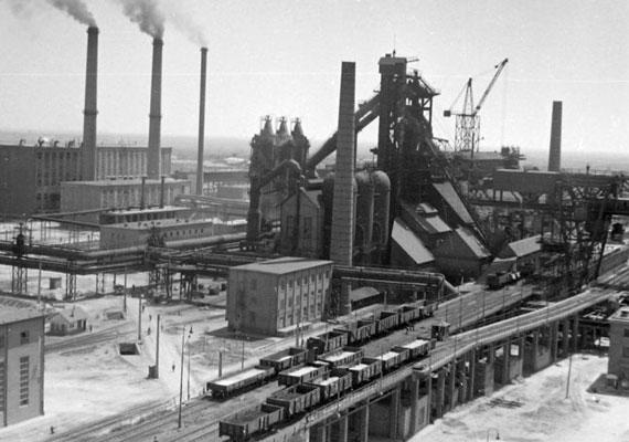 A Sztálin Vasműből Dunai Vasmű, később Dunaferr lett. Napjainkban is az ország egyik legnagyobb gyárának számít.