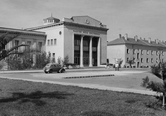 1953-ban adták át a Bartók Béla Kultúrházat, mely ma a Bartók Kamaraszínház és Művészetek Háza nevet viseli.