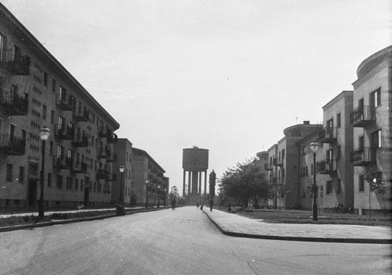 A Május 1. utca, szemben az első víztoronnyal.