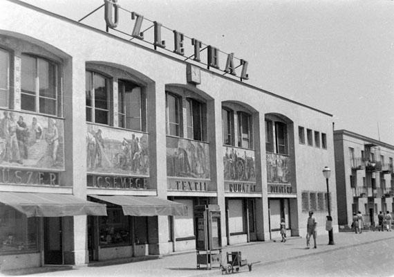 A Bartók Béla téren található üzletház.