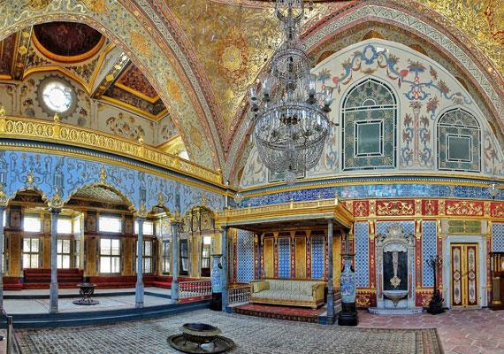 A lenyűgöző trónterem egyben a szultán fogadóterméül is szolgált, sőt, a családi ünnepeket szintén itt tartották. További érdekesség, hogy ez a helyiség rendelkezik a legnagyobb kupolával a palotában.