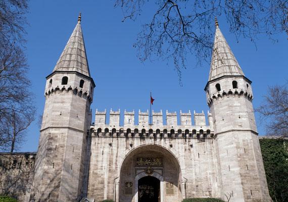 Az oszmán építészet jegyében készült Topkapi palotát más néven Ágyúkapu palotának is nevezik. Az épület bejárati kapuja pedig a Babu-s Selam nevet viseli. A palota1985 óta UNESCO Világörökségi védelmet élvez.