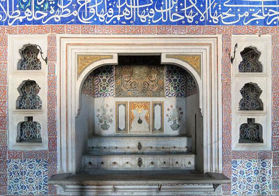 A palota területén számos szökőkút is megtalálható. A híresebbek közé tartozik III. Ahmedé, mely a rokokó stílus kiváló példája, valamint a Hóhér szökőkútja, ahol egy-egy lefejezést követően került sor a bárd megtisztítására.