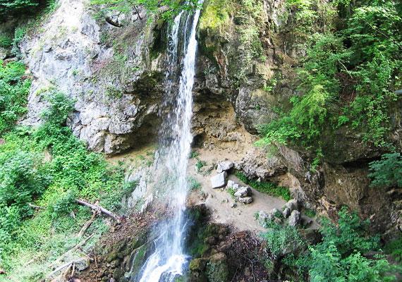 Romantikus tavaszi kirándulóhelyre vágysz? A lillafüredi vízesés 20 méteres magasságával hazánk legnagyobb függőleges esésű vízesése. Ha egy cseppkőbarlangot is szívesen megtekintenél, a közeli István-barlangot szintén érdemes útba ejtened.