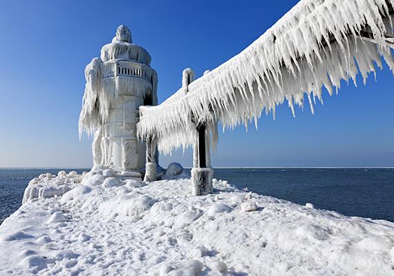 Az amerikai egyesült államokbeli Michigan-tó jégbe fagyott világítótornyai megdöbbentő látványt nyújtanak: a jelenség a mínuszok mellett a szélnek és a hullámoknak köszönhető, és körülbelül egy hónapig figyelhető meg január környékén - bár ez nagyban függ az időjárástól.