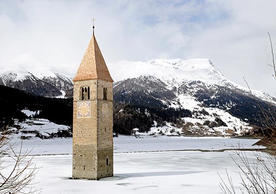 Az olaszországi Rechensee egy mesterséges tó, melyet az egykor itt található település elárasztásával hoztak létre - a falu 14. századi templomtornya mind a mai napig kilátszik a vízből. Sokak szerint télen a legkülönlegesebb a környék, a befagyott vízen ilyenkor oda is lehet sétálni a toronyhoz, a szóbeszéd pedig úgy tartja, csendes, tiszta, téli napokon még ma is hallani a harang hangját - holott azt még a falu elárasztása előtt levitték a toronyból.