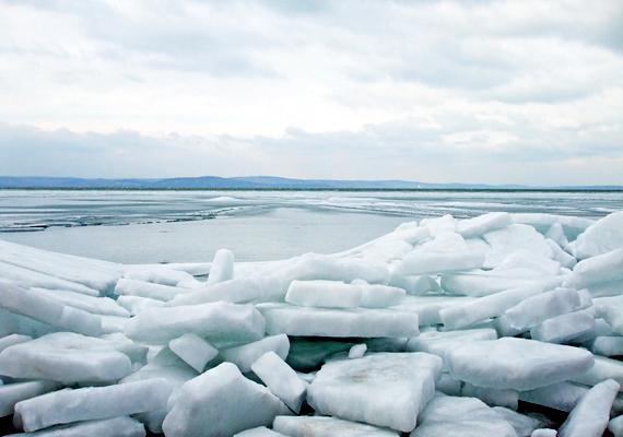 Míg a Balaton nyáron nyüzsgő és zsúfolt, télen csendes, békés vidék, amely olykor olyan különleges látványt nyújt a látogatóknak, mint amilyet a hullámok által a partra sodort jégtömbök jelentenek. Kattints ide, ha még több téli képet néznél meg róla!