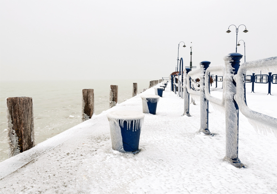 A nyáron zsúfolásig telt Balaton-part ezúttal csendes és békés. Itt töltheted le a háttérképet! »