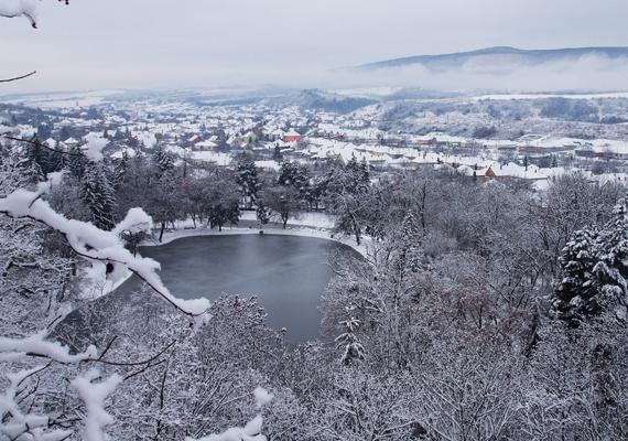 A Felsőtárkányi-tó és környéke úgy fest hóesés után, mintha egy képeslapra rajzolták volna. Itt töltheted le a háttérképet! »