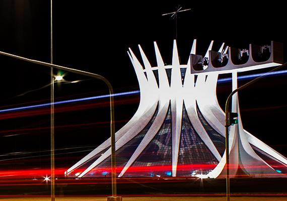 Brazíliaváros katedrálisát úgy tervezték meg, hogy látványában is nyitott legyen az ég felé.