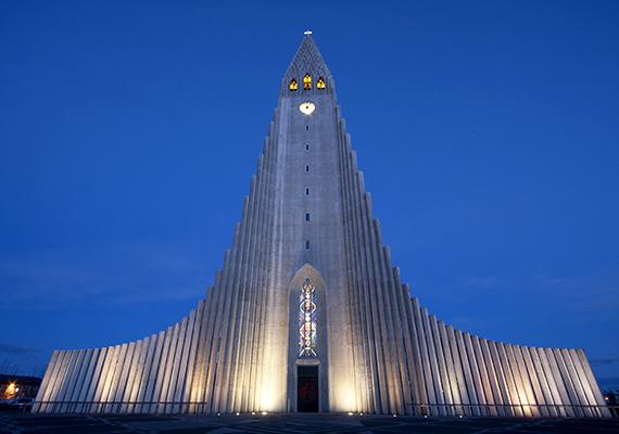 A templomépítészet számos korszakát határozta meg alapjaiban az ég felé való törekvés és az igyekezet az isteni dicsőséghez méltó, monumentális épületek létrehozására. Előbbit a modern építészet is gyakran átemeli, sok esetben azonban olyan futurisztikus látásmóddal ötvözi azt, amely indirekt módon is emlékeztet a sci-fik világára. A képen az izlandi, reykjavíki Hallgrímskirkja látható, amely a maga 74,5 méterével a legmagasabb épület Izlandon.
