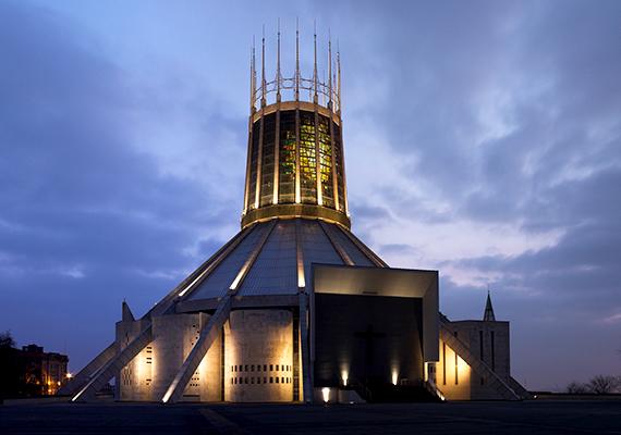 A liverpooli Krisztus Király Temploma Metropolita Székesegyház római katolikus katedrális, amely a világ legnagyobb festett üvegablakát is a magáénak tudhatja.