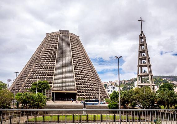 A brazíliai Rio de Janeiro Szent Sebestyénről elnevezett modern katedrálisa ikonikus épülete a városnak.