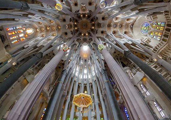 Antoni Gaudí mesterműve, a jövő templomának is nevezett barcelonai Sagrada Família részben sajátos, organikus belső terei miatt került be a gyűjteménybe. Ha még több hasonló templomra vagy kíváncsi, kattints ide!