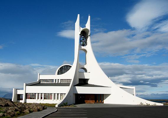 Bármi legyen is az igazság, annyi bizonyos, hogy a hasonló épületekbe lépve a látogatók hitüktől függetlenül is közelebb érezhetik magukat az éghez. Bár annyit hozzá kell tenni, hogy a gyűjteményben keresztény templomok szerepelnek, mint ahogy ilyen a szintén Izland büszkeségének számító, festői környezetben, Stykkishólmurban található Stykkisholmskirkja is.