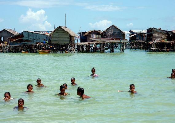 Bajau falu Sabah államban, Malajziában. A nomád életmódot folytató, kereskedelemből élő népcsoport tengeri települései megtalálhatók a Fülöp-szigetek, Indonézia és Brunei területén is.