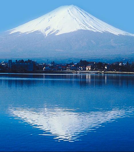 Fuji, JapánA Honsu-sziget csendes-óceáni partján elhelyezkedő, szemet gyönyörködtető Fuji 3776 méterével Japán legmagasabb hegye. A szent helyként tisztelt magaslat csúcsait szinte mindig felhők borítják, különleges látványához emellett a körülötte elhelyezkedő öt tó is hozzájárul.