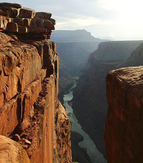 Grand Canyon, USA  A világ leghíresebb szurdoka az egyesült államokbeli Arizonában húzódik 446 kilométer hosszan. Szélessége 6 és 29 kilométer között váltakozik, helyenként pedig a másfél kilométeres mélységet is eléri. A völgyet a Colorado-folyó felszínformáló munkája alakította ki csaknem hatmillió év alatt.