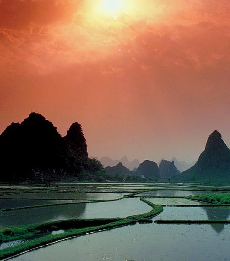 Guilin, KínaA délnyugat-kínai Guilin egész évben turisták százezreit vonzza, köszönhetően kellemes klímájának, nem utolsósorban pedig varázslatos természeti formáinak, mészkőcsúcsainak, karsztbarlangjainak, különleges sziklaalakzatainak. A vidéket érdemes a Lijang-folyó vízi útján bejárni.