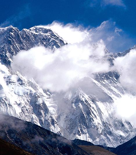 Mount Everest, Kína/NepálA Himalája részét képező, 8850 méter magas Mount Everest a világ leghatalmasabb hegycsúcsa, tekintélyt parancsoló, ugyanakkor egyik legfélelmetesebb képződménye. Az először 1953-ban meghódított hegy tibeti neve, a Csomolungma a Föld istenasszonyát takarja.