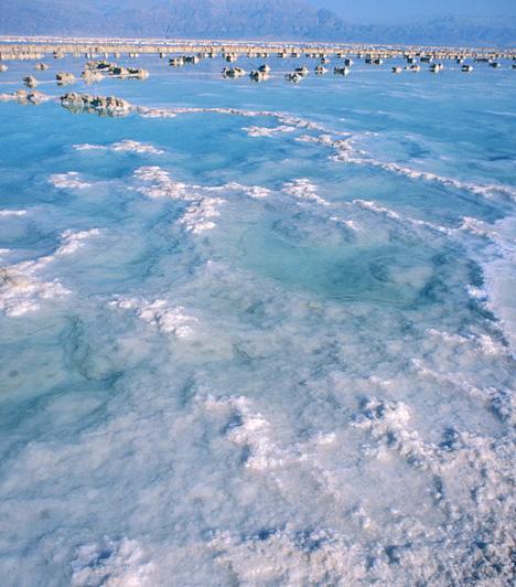 Holt-tenger, Izrael/Jordánia/Ciszjordánia  A valójában lefolyástalan tónak számító Holt-tenger nevét és gyógyító hatásait magas, 300 g/kg-os sótartalmának köszönheti, mely miatt a vízben semmilyen életforma nem él meg. A különleges tó egyben a Földünk legmélyebben fekvő szárazföldi pontja címet is magáénak tudhatja.