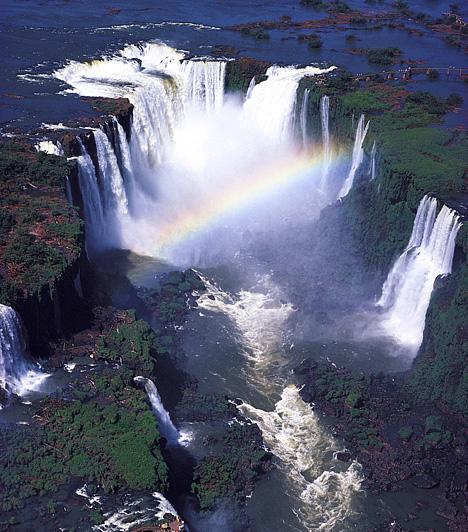 Iguazu-vízesés, Brazília/ArgentínaA vízesésrendszer négy kilométer széles ívet ír le, és mintegy 275 kisebb-nagyobb vízesés alkotja. A 82 méter mély Ördögtorok-szakadékba mennydörögve lezúduló víz mindkét határos országból látogatható, emellett mindkét oldalán gyönyörű nemzeti park várja az utazókat.Kapcsolódó cikk:Nézd meg a világ legszebb természeti csodáját! »