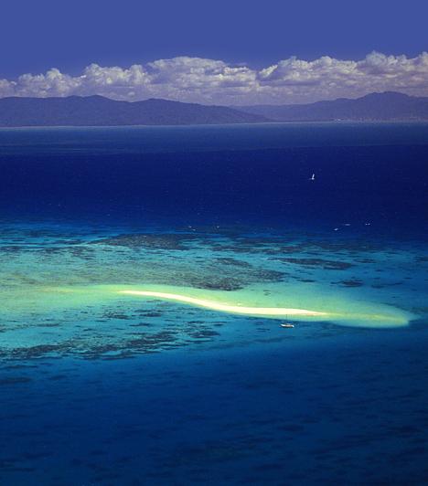 Nagy Korallzátony, Ausztrália  A globális felmelegedés által eltűnéssel fenyegetett, 250 ezer négyzetkilométernyi terület az UNESCO Világörökség legnagyobb helyszínének számít. 3400 különálló korallzátony alkotja, és számtalan különleges élőlénynek, többek között 1500 különféle hal- és kétszáz madárfajnak ad otthont.