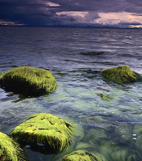 Titicaca-tó, Peru/Bolívia  Az Andok hatalmas hegycsúcsai között, Peru és Bolívia határán található Titicaca-tó a maga 3820 méteres tengerszint feletti elhelyezkedésével a világ legmagasabban fekvő hajózható tava. A helyi legendák úgy tartják, döbbenetes dolgok találhatóak a tó mélyén, többek között egy város, melyet a tóba zuhanó Hold temetett maga alá.