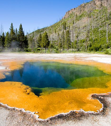 Yellowstone Nemzeti Park, USA  Az amerikai bioszféra-rezervátum területén a világ első nemzeti parkját hozták létre 1872-ben. A nagyrészt Wyoming államban fekvő park csaknem 9000 négyzetkilométeres területe a bolygón található gejzírek kétharmadának ad otthont.  Kapcsolódó cikk: Aktív szupervulkán fölött fekszik a nemzeti park »