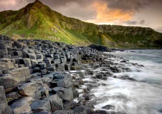 A vulkanikus tevékenységnek köszönhető Giant's Causeway, vagyis az Óriások útja Írországban. Kattints ide a háttérképért!