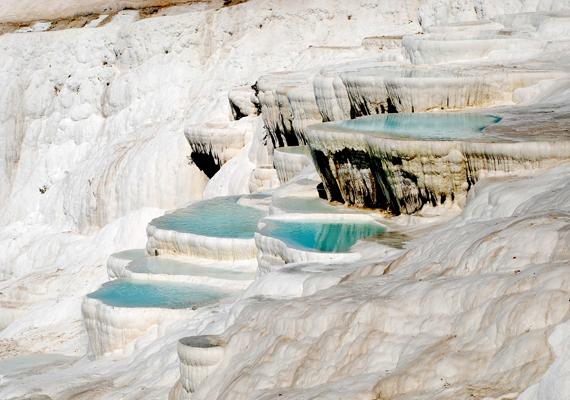 A törökországi Pamukkale hófehér mészkőteraszai álomszép látványt nyújtva hangsúlyozzák a víztükör színét. Kattints ide a háttérképért!