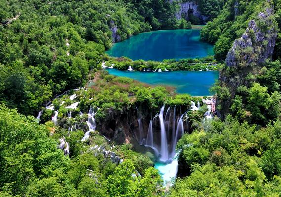 De nem is kell olyan messzire menni, a horvátországi Plitvicei-tavak is mesébe illenek. Kattints ide a háttérképért!