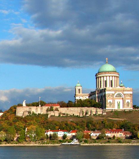 Dunakanyar                         A kiváló gyalog- és biciklitúra-útvonalakat rejtő Dunakanyar a Duna Esztergom és Budapest közötti szakaszát foglalja magában, ahol a folyó csendesen és méltóságteljesen hömpölyög a Börzsöny és a Visegrádi-hegység lankái mellett. A Dunakanyar jelenleg a világörökségi cím reményteli várományosa.