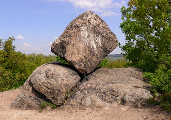 Megdöbbentő látványt nyújtanak a Velencei-hegység területén található pákozdi ingókövek is, köztük a Kocka-kő, amely a képen is látható. Ha kíváncsi vagy, miért ilyen, és további fotókat is szívesen megnéznél, kattints ide!