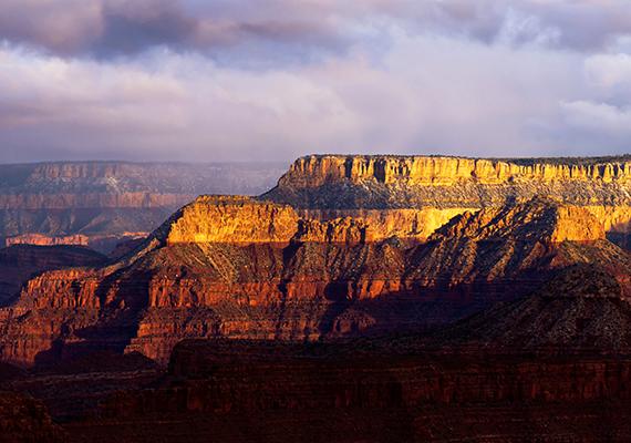 Az amerikai egyesült államokbeli Grand Canyon a világ egyik legismertebb természeti csodája, így furcsának tűnhet, hogy a tudósok számára még mindig vitaalapot biztosít, korát tekintve ugyanis máig nincs konszenzus. Egyesek 6 millió évesre becsülik, míg mások 70 millió évesre, és az sem egyértelmű, a Colorado-folyó vájta-e ki, vagy az épp csak keresztülhaladt a már meglévő képződményen.