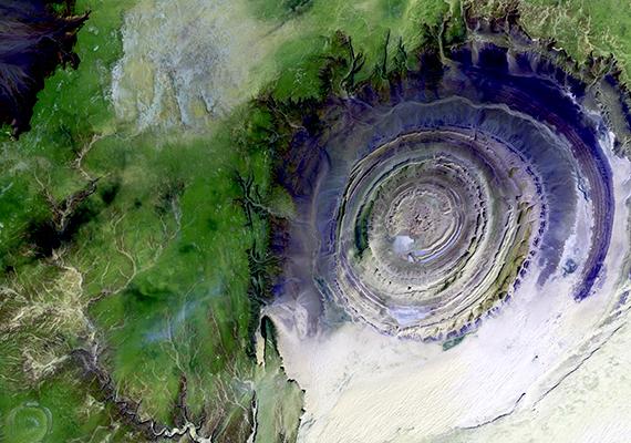 A bolygó, illetve a Szahara szemének is nevezett Richat Structure a világ egyik legkülönlegesebb képződménye, melynek sajátossága többek között, hogy az űrből is jól látható. A koncentrikus körökből álló alakzat eredetével kapcsolatban számos elmélet létezett, hitték már becsapódási kráternek és vulkanikus képződménynek is. A jelenleg leginkább elfogadott teória szerint a talaj besüllyedésének és a különböző rétegek erodálódásának köszönhető a látvány, sokan azonban még mindig megkérdőjelezhetőnek tartják ennek bizonyosságát, mint ahogy az is rejtély, minek köszönhető a kör alak.
