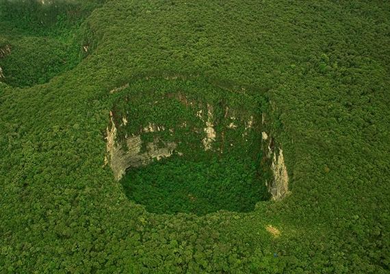 A venezuelai Sarisarinama-lyukak kialakulásának pontos okát máig nem fejtették meg teljes bizonyossággal a tudósok. Rejtélyes létrejöttük amiatt is lázban tartja a kutatókat, hogy annyit tudni lehet, mindegyik 350 méter átmérőjű, és több mint 350 méter mély, nem beszélve arról, hogy területükön olyan fajok élnek, melyek sehol máshol a Földön nem fordulnak elő.