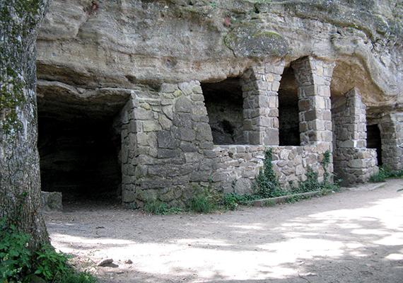 A tihanyi barátlakások, illetve remetelakások tulajdonképpen nem természetes üregek, azokat emberi kezek vájták az Óvár bazalttufa falába a 10-11. század környékén, hogy az I. András által Tihanyba hívott bizánci rítusú szerzeteseknek nyújtsanak otthont.
