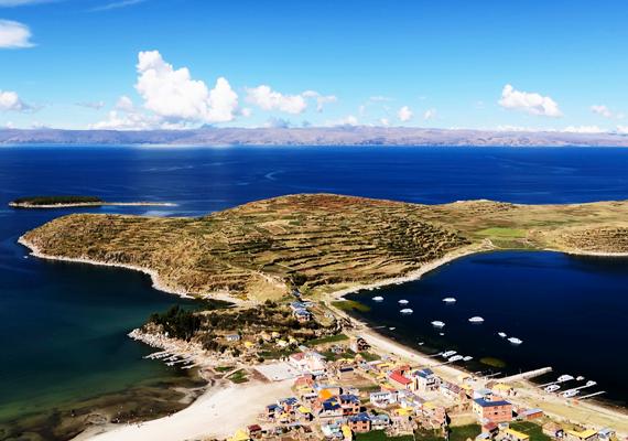 A Bolívia és Peru határán található Titicaca-tó a világ legmagasabban fekvő, hajózható tavaként ismert, közel négyezer méter magasan fekszik.