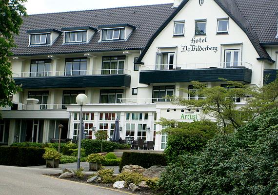A világ befolyásos személyeiből álló Bilderberg-csoport első ülését 1954-ben, a hollandiai Hotel de Bilderbergben tartotta. Azóta minden évben megrendezik találkozójukat.