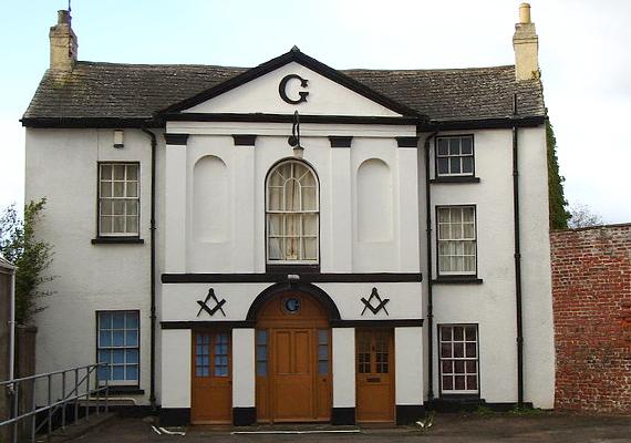 A walesi Monmouth-ban található Masonic Hall hírnevét szintén a szabadkőműveseknek köszönheti, a Monk Streeten álló egykori színházi épületet 1846-ban alakították át a rend számára.