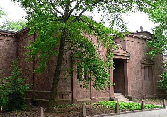 A Yale Egyetem titkos társasága a Skull and Bones, melynek többek között az egykori amerikai elnök, idősebb George Bush is tagja volt. A Tomb nevezetű épületben tartott beavatások során gyakran durva próbatételekre kényszerítik a tagokat.